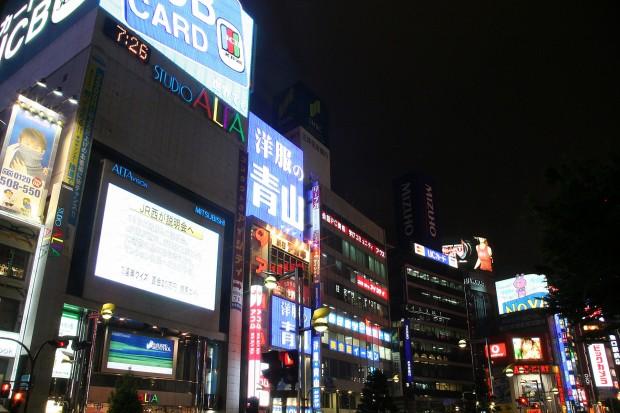 新宿東口・夜景(アルタ)無料写真素材052