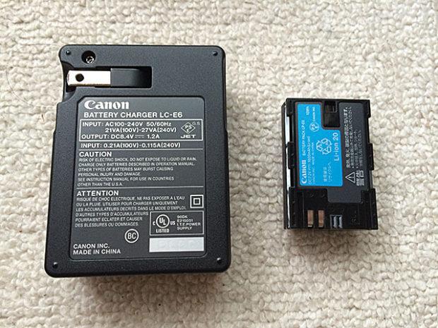 バッテリーチャージャーとバッテリーパック裏面