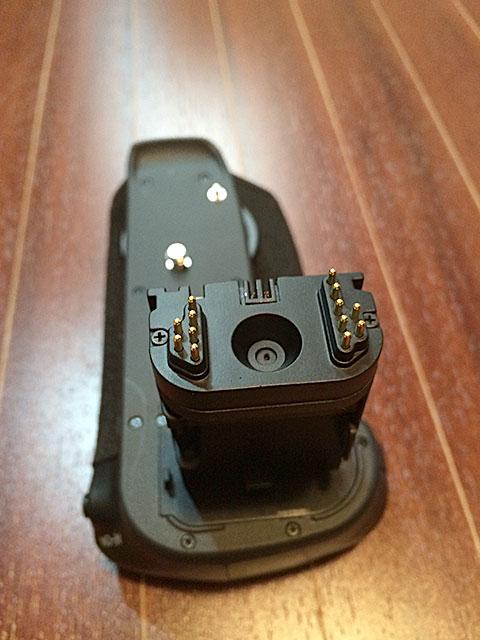 6D本体のバッテリーを入れる部分に差し込み