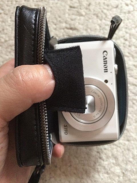 メモリーカードを入れる小さなポケット